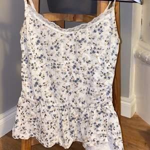 Urgulligt linne med blåa små blommor. Trådsläpp på vissa ställen. Skriv vid frågor☺️