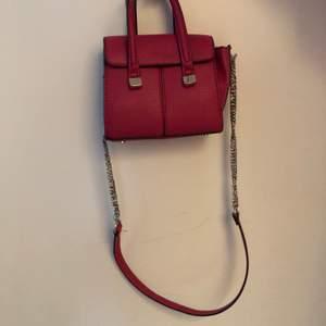 En söt rosa mini väska