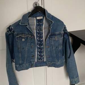 Säljer min vintage jeansjacka, köpt i en secondhand butik i Köpenhamn för två år sen och är använd ca 5-10 gånger. I jättebra skick 💕