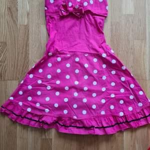 Super söt rosa klänning i en jätte fin rosa färg. (Bilden för den inte rättvis) storlek S 150kr +frakt