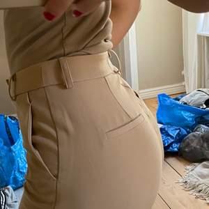 Beiga kostymbyxor, så fina men tyvärr för stora för mig, fraktkostnad tillkommer!