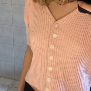 Ljusrosa stickad kofta från Hennes collection i strl 38/40, passar S-M. Köpt vintage men är i perfekt skick💞 köparen står för frakt
