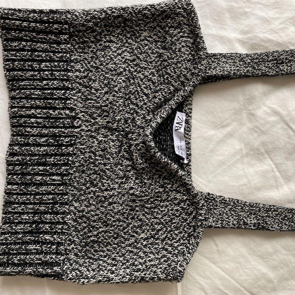 Slutsåld stickad topp från Zara i storlek S. Axelbanden är längre än normalt. Aldrig använd!!. Toppar.