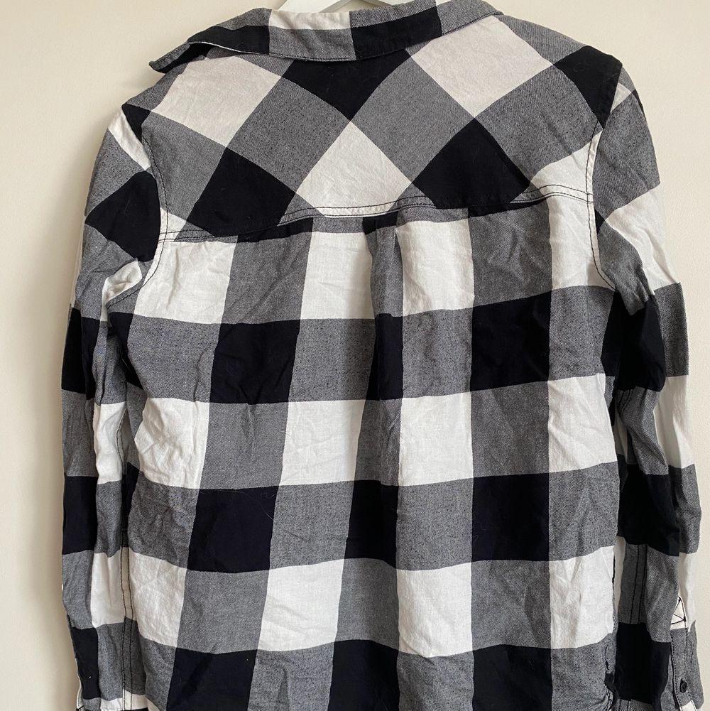 Rutig skjorta från hm. Är 155cm och den tänker precis rumpan (längd).. Skjortor.