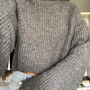 Croppad stickad tröja med polokrage och vida ärmar. Köpare står för frakt på ca 60kr