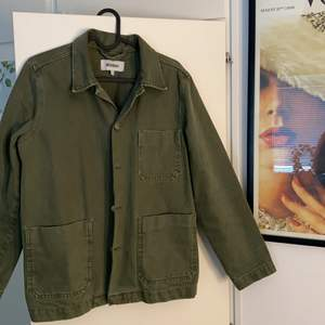 Militärgrön rak jeansjacka från Weekday i storlek XS (herr) men passar även dam (unisex). Använd fåtal gånger, skick 10/10. Riktigt snygg färg och kan användas året runt. Köparen står för frakt.