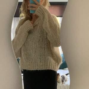 Säljer denna fina beiga stickade tröjan då den inte kommer till användning💞 den passar mig som vanligtvis har storlek 36 men skulle passa xs-m beroende på hur man vill att den ska sitta!🥰 Den är lite stickig men ingenting man känner av under dagen!