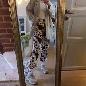 Säljer mina snygga byxor i komönster i storlek 40 🌟 Älskar byxorna men de kommer inte längre till lika mycket användning! Första bilden är byxorna på mig, jag brukar ha 38/40 i byxa! Kolla in mina andra auktioner också 💓