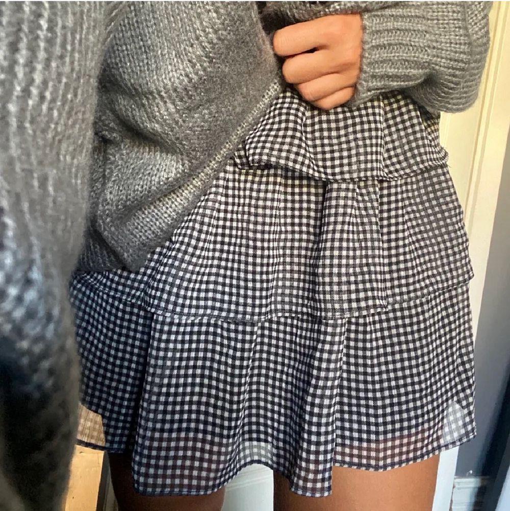 Säljer denna jätte söta kjolen från hm, knappast använd!! Frakt tillkommer. Kjolar.