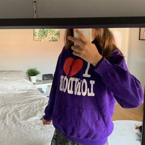 En fin lila hoodie som är lite liten för mig, strl M men liten i storleken, jag köpte den i London för ca 4 år sen men har inte använt jättemycket men den är lite urtvättad. Säljer för 49 kr + frakt!💕