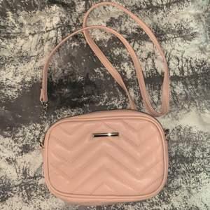 Söt rosa väska köpt från lindex, Köparen står för frakt💞