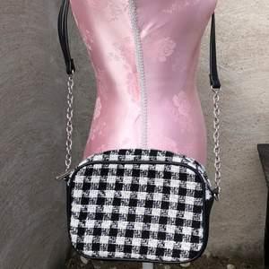 Så snygg rutig väska från stradivarius. Skick 10/10. Köparen står för frakt!💕
