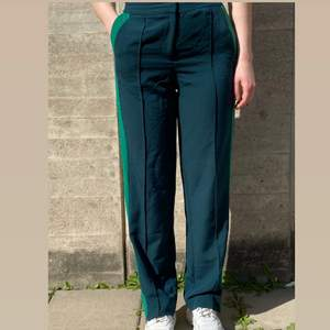 Gröna byxor från monki i storlek 36 (normala i storleken), använda men i bra skick! Kan mötas upp i Stockholm eller skicka mot extra kostnad. Kolla gärna in mina andra annonser!