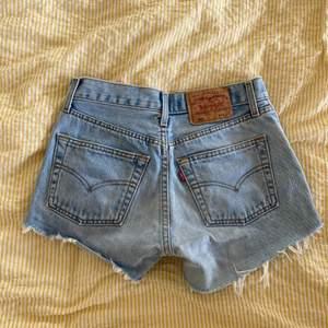 Levis shorts i storlek 28 men små i storleken, skulle chansa att de passar XS! Innermått är 75cm från översta knappen. Använda men i fint skick. Kan mötas upp i Stockholm eller skicka mot extra kostnad. Säljer flera plagg, kolla in dem!