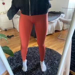 Säljer dessa härliga seamless träningstightsen i en orange-aktig färg ifrån märket set active. Materialet är tjockt och väldigt skönt och dom är inte genomskinliga!!🥰