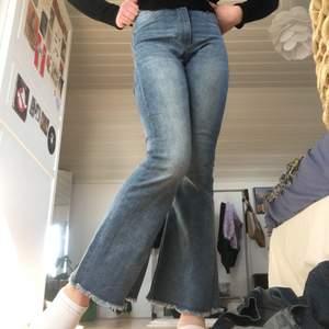 Säljer dessa jätte balla jeansen från Cheap monday😜 tunna i tyget men passar perfekt till sommarn🌺 jag är ca 153 så passar xs/32/24🙃 köpare står för frakt💜