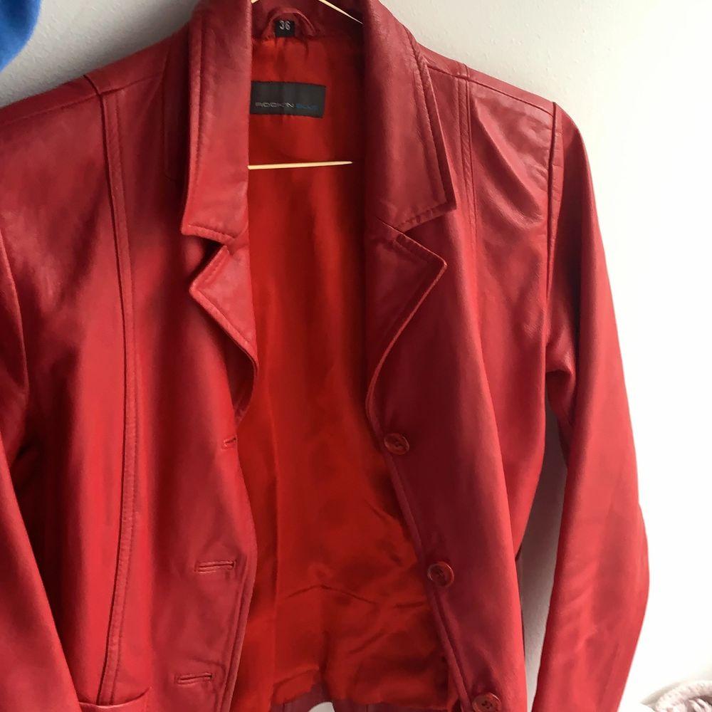 Fin röd läderjacka i jättefint skick. Sitter ungefär som en kavaj. Säljer för att den inte kommer till användning❤️❤️köparen står för frakten på 66kr. Jackor.