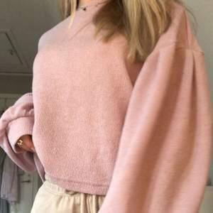 Superfin oanvänd pastell-lila tunnstickad tröja med ballongärmar i storlek xs!💜 köpt för 199 kr men säljer för 99 kr, säljer då den tyvärr aldrig kommit till användning💫 (färgen är som på bild 2)