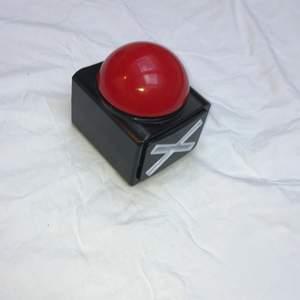 En stor röd knapp om man vill säga nej och visa att man menar det, eller om man vill leka talang🍄  Krysset blir rött när man trycker på den 🐸  Batterier ingår !! Går bra att måla på/ costumiza för att göra den extra snygg😎 Köp gärna ❌