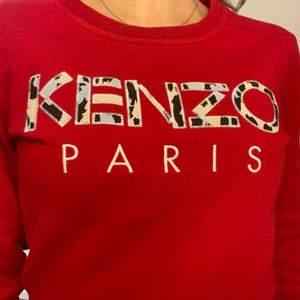En röd äkta kenzo tröja i storlek S, fint skick.  Hämtas i Norrköping eller fraktas, vid frakt står du för frakt summan. Postar med video bevis.  Garanterar en snabb och pålitlig affär🤍