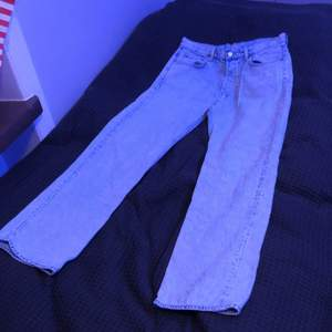 Baggie ljusblå weekday byxor som har blivit för små, W30 och L32, fortfarande i bra skick, nypris: 600kr. Jag kan tänka mig nytt pris runt 400kr och över