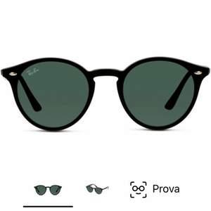 Superfina solglasögon från Ray-Ban köpta för något år sedan💕💕 är i använt skick men fortfarande i fint skick💕(därav priset) skriv om du har frågor eller fler bilder. ( vid snabb affär kan priset diskuteras )💕 nypris: 1300kr först till kvarn 400+frakt