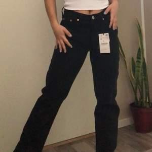 MINA BILDER! Helt nya och oanvända svarta jeans från zara som är populära nu (slutsålda och ur sortimentet) i storlek 38. Jag brukar ha storlek 32/34 men dessa är ungefär en storlek mindre i passformen. Alltså är 38 ungefär en 36. DMa för mått. Startbud: 200kr (exklusive frakt). Öka med minst 10kr.