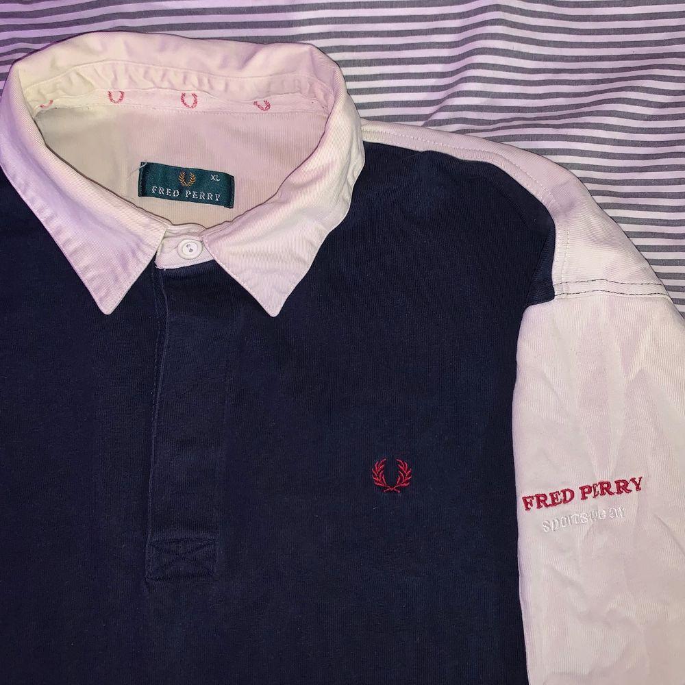 Super skön Fred Perry tröja i size XL, använd fåtal gånger. 🌿. Huvtröjor & Träningströjor.