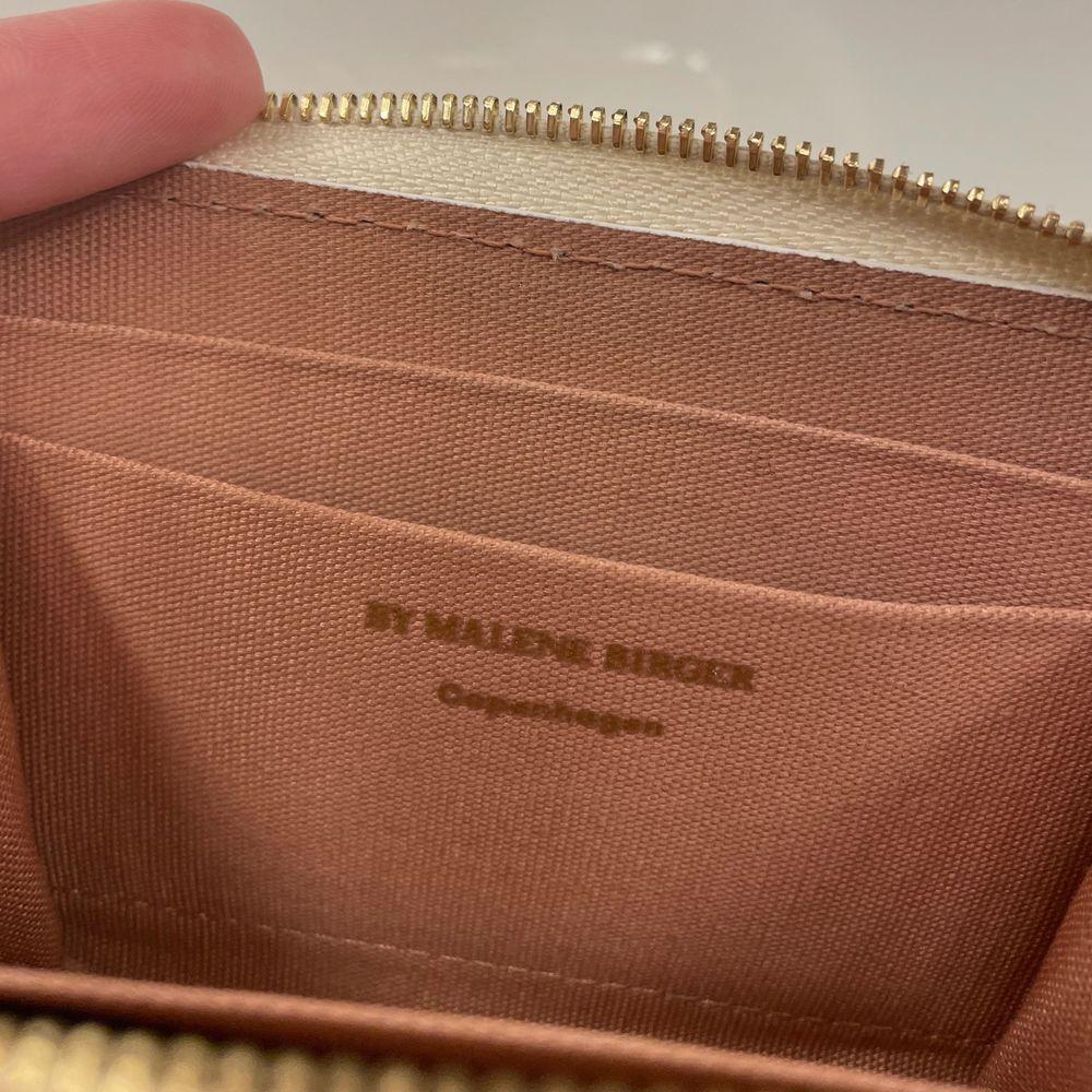 Jättefin plånbok i jättebra skick köpt i höstas. Behöver tyvärr sälja min fina plånbok eftersom behöver köpa en korthållare istället. Originalpris 699kr jag säljer för 450kr + 12kr frakt. Nästan som nyskick . Väskor.