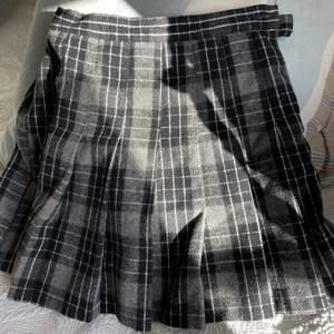 Rutig kjol. Säljer pga för stor storlek. Passar någon med S. Helt oanvänd. Inbyggda shorts