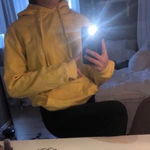 Gul oversized hoodie från Cubus. Säljes pågrund av att det inte är min stil längre.