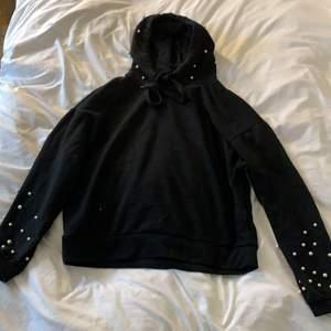 Fin hoodie från amisu. Pärlor på armarna och luvan. Storlek S. Använd men okej skick.