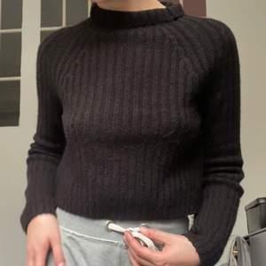 Supersöt o mysig stickad tröja, endast kommit till användning 2 gr. Strl: XS.  Frakt 66 kr.