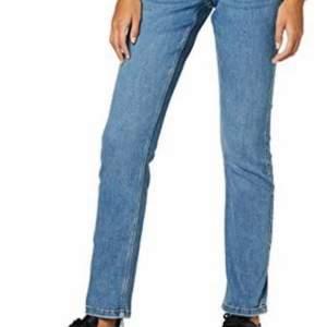 Skit snygga straight jeans från Vero Moda! De var mina favorit jeans men de är tyvärr alldeles för små på mig nu så jag hoppas dom får ett nytt hem! Frakt tillkommer på 66kr spårbart. Skriv vid intresse!
