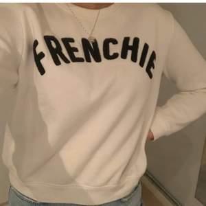 Säljer denna supersnygga slutsålda sweatshirt!!! Perfekt till sommaren och våren🦋🦋