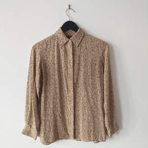 Vintage leopard mönstrad skjorta i gott skick. Kortare i modellen. Petite Collection.