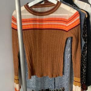 En glittrig tröja med de mest magiska färgerna!🧡💛🤍 det står ingen storlek men skulle säga att det är en XS eller S. Köparen står för frakt💌💌