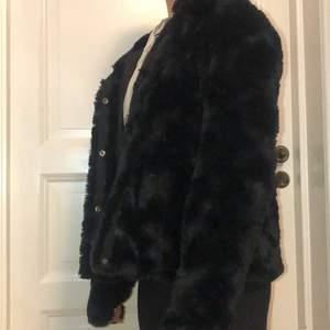 En snygga svart päls jacka från vera Moda. Är i skolelever M men passar är som S mer💕