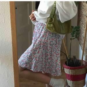 blommig klänning som även går att användas som kjol! köpt på plick men i bra skick. (de två första bilderna är den gamla säljarens)