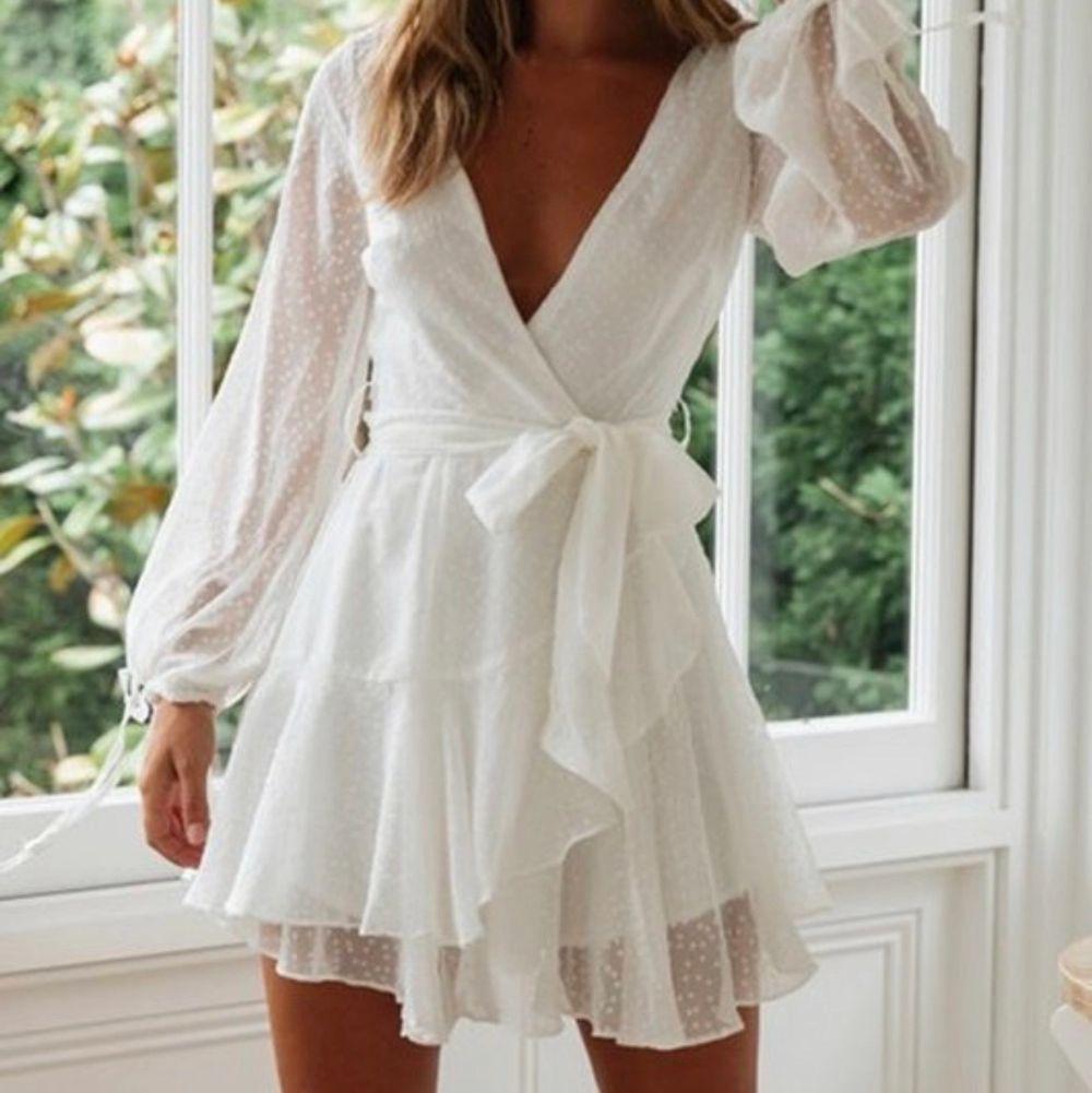 Vit, söt klänning perfekt till student eller som sommarklänning generellt. Köpt för 799kr på Denis Maglics hemsida och endast använd fåtal gånger. Säljer då jag har en liknande.. Klänningar.
