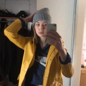 Min fina gula regnjacka/regnkappa från Only som tyvärr är för liten:// jättefin och i toppskick, köpt för 400kr❤️ Den är i storlek M men jag skulle säga att den sitter S-M
