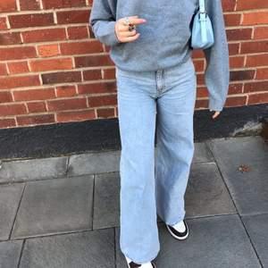 """Ljusblåa weekday jeans i stl. w24 och l32 i modellen """"Ace"""". Fint skick, har dock ett liitet hål i sidan som man inte märker av(kan skicka bild)."""
