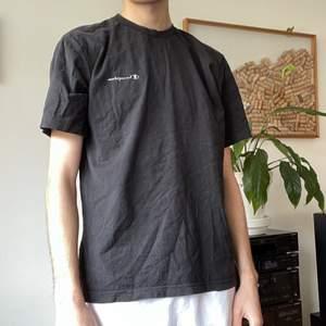 En cool svart t-shirt från Champion 😎 Lite pösigare unik form på tröjan. Storlek Women's Large, fits like Male Small. 🖤 Loggan är perfekt sliten för en vintage look ❤️ Säljes till högstbudande 🥰