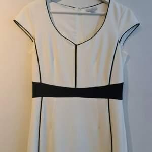 Säljer en vit/svart klänning från H&M som aldrig har använts.
