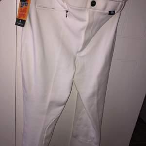 Säljer mina vita tävlings byxor då de inte kommit till användning nu under corona. Dem är helt sprillans nya i stl 170/S. Vid fler frågor skriv privat!
