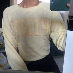 Söt gul sweater från pink som är skit fin till sommaren!! Men gul är inte min färg därav säljer jag den! Frakt tillkommer!