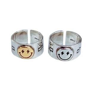 Suuuper snygg smiley ring i råstfritt stål! Justerbar storlek!! Kontakta mig vid minsta fundering. Priset kan diskuteras!!💗🤠OBS!! Säljer endast den ringen med silvrig smiley!