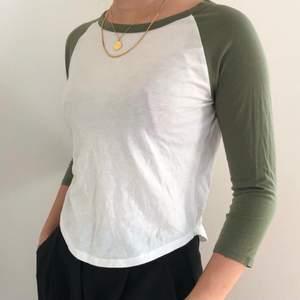 Croppad vit tröja med gröna armar. Skönt material. Köpt på Forever 21. 60kr exklusive frakt.
