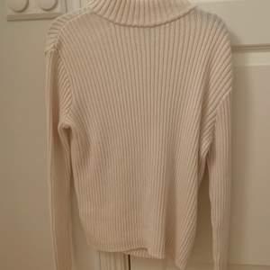 Säljer min fina stickade tröja med öppen rygg då den inte kommer till användning. Den är i M men passar mig som har storlek xs/s. Om flera blir intresserade blir det budgivning eller köp den direkt för 150kr + frakt på 62kr 💕