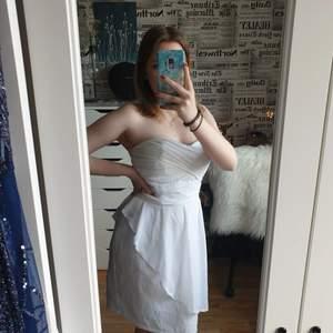 Denna super fina klänning kan användas till t.ex. student eller midsommar🥰 Köpte denna för ett tag sedan men har inte kommit till användning. Den är lite genomskinligt men inte så farligt🌷🌷